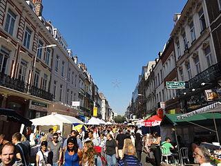 Foule entre les stands de la Braderie de Lille 2012